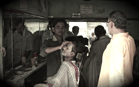 Roadside barbershop in Dhaka, Bangladesh. Photo by Cookiesound.com.